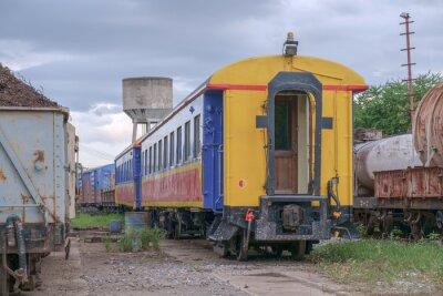Pociąg / Widok wagonów kolejowych zaparkowany.