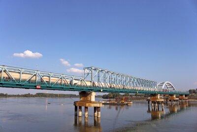 pociąg z wagonem zbiornika na moście