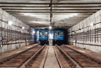 Pociągi w tunelu metra. Kijów, Ukraina. Kijów, Ukraina