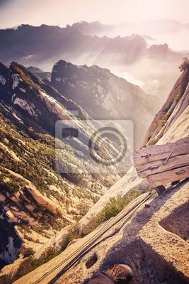 Początek szlaku Plank Road na górze Hua, najniebezpieczniejsza trasa na świecie, kolor stonowany obraz, Chiny.