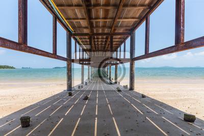 pod most drewniany na pięknej plaży w słoneczny dzień
