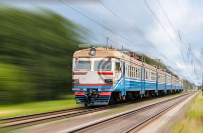 Podmiejski pociąg elektryczny na niewyraźne tło