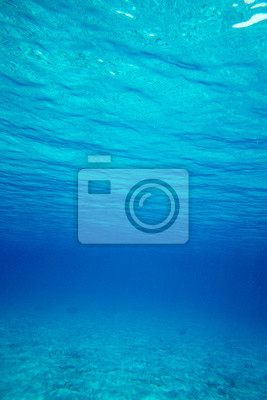Podwodny błękitny oceanu tło w morzu