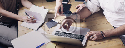 Obraz Pojęcie prezentacja nowego pomysłu biznesowy projekt Dorosły biznesmen dyskutuje pomysły z obrachunkowym dyrektorem i kreatywnie kierownikiem w nowożytnym biurze. Szeroki.