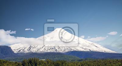 Pokryte śniegiem wulkan Villarica, Chile