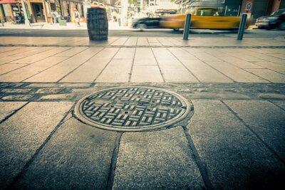 Obraz Pokrywa do studni drenażu na ulicach Manhattanu