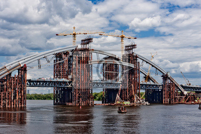 Połączony samochód i most podziemny w budowie. Montaż łuku stalowego. Niedokończony most Podolskyi. Kijów, Ukraina. Kijów, Ukraina.