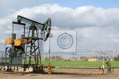 Pole naftowe z pumpjack i pracownika oleju