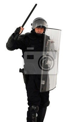 Policjant zamieszek atakować samodzielnie