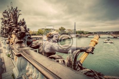 Pomnik na Pont Alexandre III Most w Paryżu, we Francji. Sekwana i Wieża Eiffla.