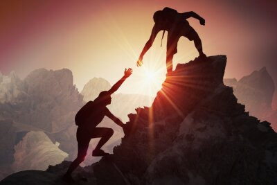 Obraz Pomoc i koncepcja pomocy. Sylwetki dwóch osób wspinających się na góry i pomagając.