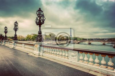 Pont Alexandre III most w Paryżu, Francja. Sekwana i Wieża Eiffla.