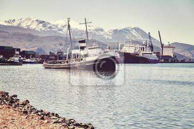 Port w mieście Ushuaia, powszechnie znany jako najbardziej wysunięte na południe miasto na świecie, kolor stonowanych obraz, Argentyna.