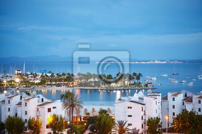 Portowy De Alcudia pejzaż miejski przy wschodem słońca, Mallorca, Hiszpania.