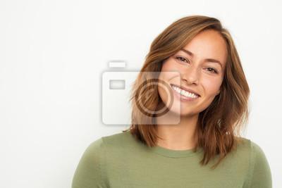 Obraz portret młodej kobiety szczęśliwy uśmiechnięty na białym tle