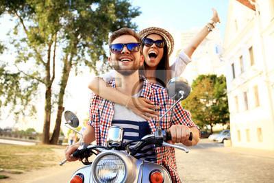 Obraz Portret szczęśliwa młoda para na skuterze korzystających Road Trip