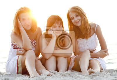 Portret trzech pięknych dziewczyn na plaży.