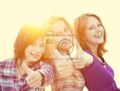 Portret trzech pięknych dziewczyn. Z licznika światła na backgro