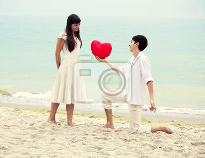 Portret Zbliżenie szczęśliwa para na plaży z serca.
