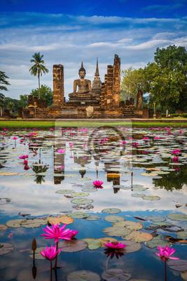 Posąg Buddy w Wat Mahathat w Sukhothai Historical Park.