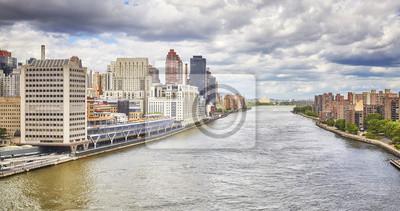 Powietrzny obrazek Wschodnia rzeka z Manhattan na lewej stronie i Roosevelt wyspie na dobrze, Miasto Nowy Jork, usa.