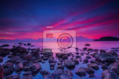 Powolny widoku krajobraz migawki czarny kamień w pięknym wschodem słońca
