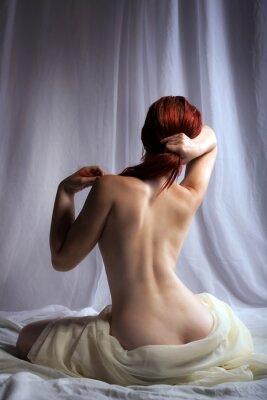 Obraz Powrót widok nagiej kobiety siedzącej w łóżku