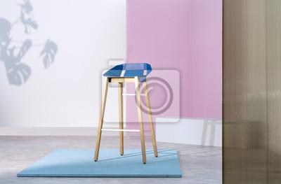Prawdziwe zdjęcie drewnianego stołka barowego z niebieskim siedziskiem stojącym na kawałku sklejki w pastelowym różowym wnętrzu studyjnym z białymi akcentami