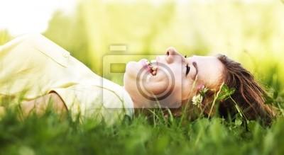 Pretty uśmiechnięta dziewczyna relaks na wolnym powietrzu
