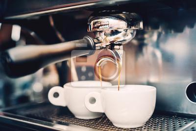 Obraz Profesjonalne zaparzania - szczegóły kawiarnia. Kawa espresso odlewania z ekspresu. Barista szczegółów w kawiarni