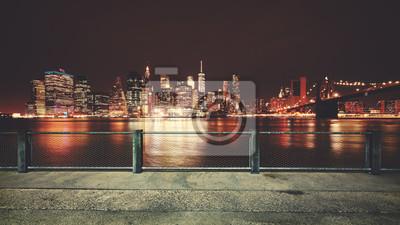 Promenada z widokiem na panoramę Manhattan w nocy, tonacja kolor stosowany, Nowy Jork, USA.