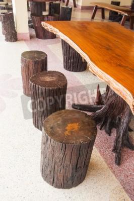 Proste drewniane stołki barowe