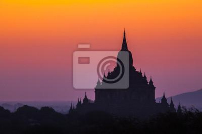 Przed wschodem słońca nad świątyń Bagan w Birmie