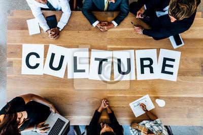 Obraz Przedsiębiorcy omawiają kulturę pracy w spotkaniu