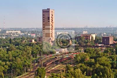 Przemysłowy widok kopalni rudy żelaza i stacji kolejowej cargo.
