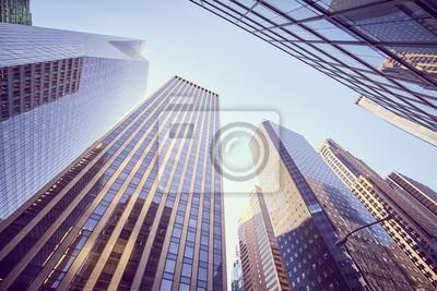 Obraz Przyglądający przy Manhattan drapaczami chmur przy zmierzchem up, koloru stonowany obrazek, NYC.