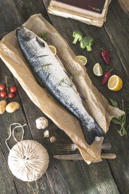 Obraz Przygotowanie całego łososia do gotowania ryb