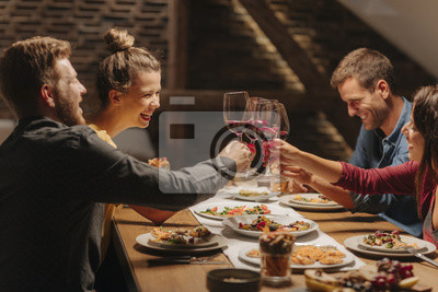 Obraz Przyjaciele ciesząc się na kolacji