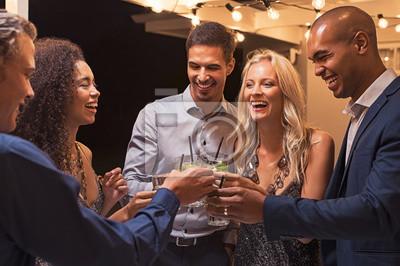 Obraz Przyjaciele opiekania koktajl na imprezie w nocy