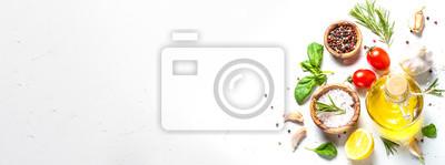 Obraz Przyprawy, zioła i oliwy z oliwek na białym stole z kamienia.