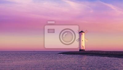 Purpurowe wschód słońca nad Morzem Bałtyckim.
