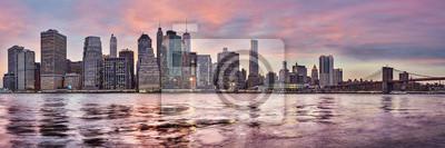 Purpurowy zmierzch nad Manhattan linią horyzontu, Miasto Nowy Jork, usa.