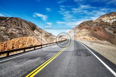 Pusta autostrada w opustoszałym górzystym terenie, podróży pojęcie, usa.