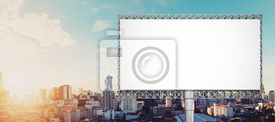 Obraz Pusty billboard dla reklamy przy Bangkok miastem w wschodzie słońca