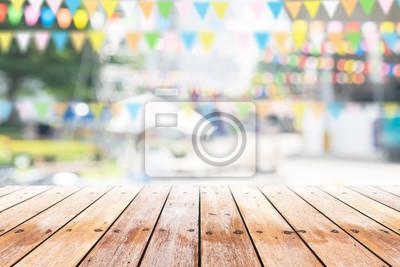 Obraz Pusty drewniany stół z partii w ogrodzie tle rozmazany.