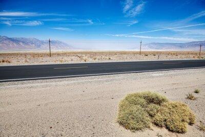 Pustynna droga w Śmiertelnej dolinie, podróżuje pojęcie obrazek.