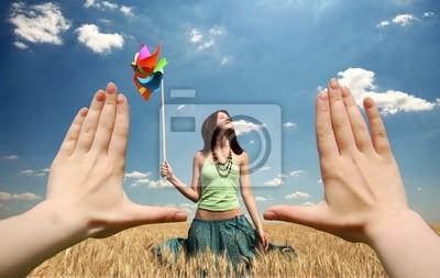 Rama wykonana z rąk w polu pszenicy o zachodzie słońca