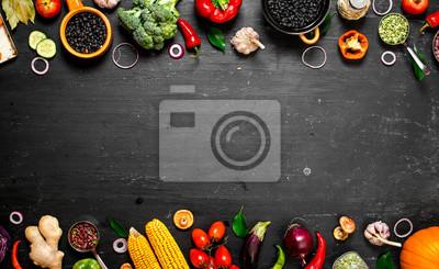 Obraz Rama żywności ekologicznej. Świeże surowe warzywa z czarnej fasoli.