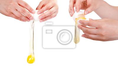 Ręce pękanie się surowe jajko odizolowane na białym tle