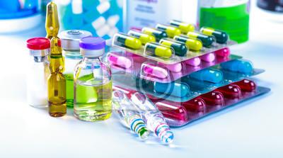 Obraz Recepta lekowa na leczenie. Lek farmaceutyczny, lekarstwo w pojemniku dla zdrowia. Motyw apteczny, tabletki kapsułowe z antybiotykiem w opakowaniach.